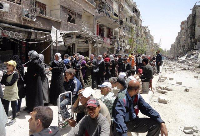 Civiles del campamento de refugiados palestinos de Yarmuk, Siria