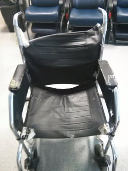 Imagen de una de las sillas de ruedas en mal estado