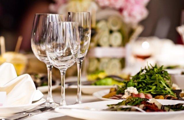 Mesa puesta, copas, comida, cena
