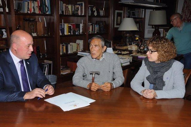 Antonio Ruiz (izda.), junto a  Antonio Gala, durante la firma del convenio