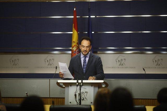 Antonio Hernando en rueda de prensa en el Congreso