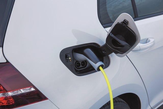 Recarga de un coche eléctrico (Volkswagen e-Golf)