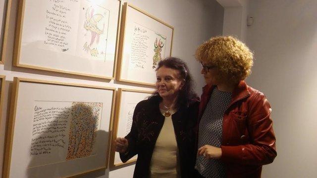 Marisa Ruz (dcha.) y Aitana Alberti contemplan la exposición