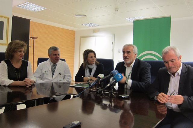 Sánchez Rovira (2d) presenta informa sobre el proyecto de investigación.