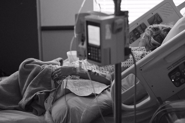 Mujere ingresada, hospitalizada