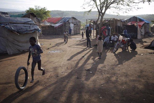 Varias personas deportadas se reúnen  en un campo en Anse a Prites, en Haití.