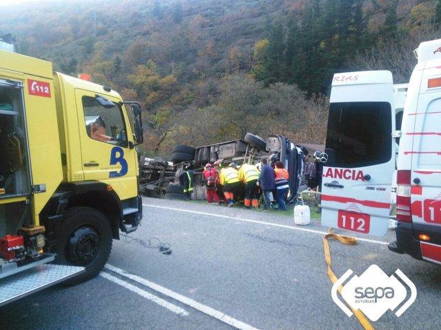 Accidente de un camión en Cangas de Narcea.