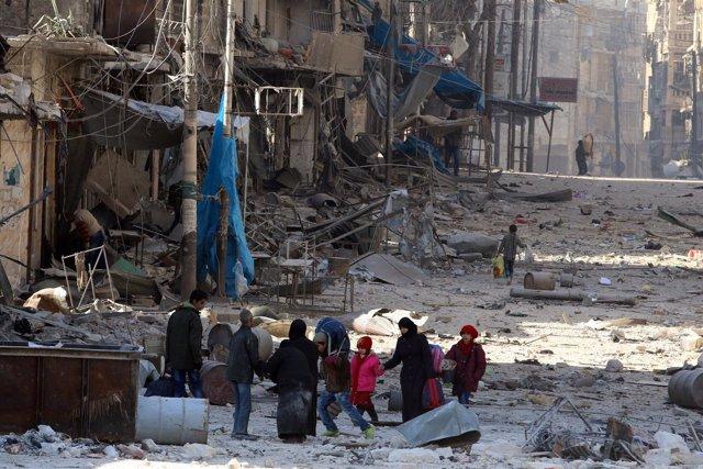 Civiles huyen de la ofensiva sobre el este de Alepo