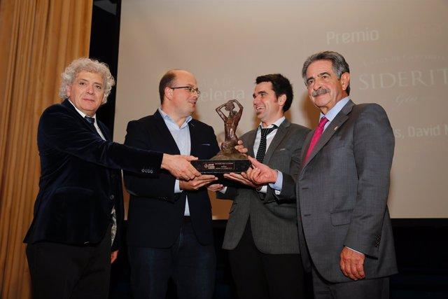 Revilla y Cievas entregan el premio Horeca 2016 a la Destilería Siderit