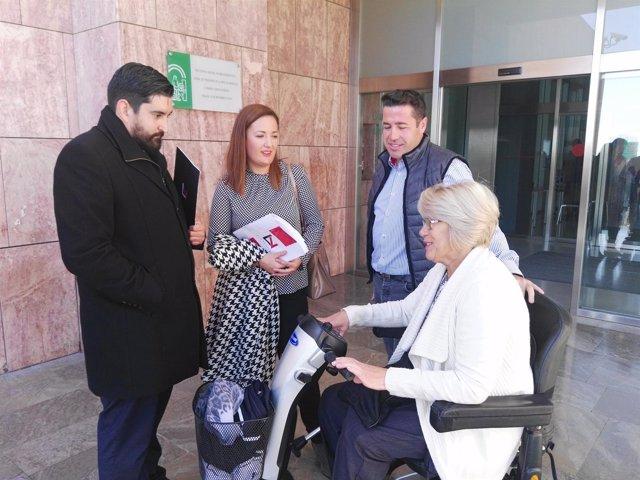 Mujer multada por ir en silla de ruedas en sentido contrario