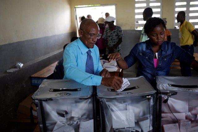 Un hombre vota en las elecciones en Haití