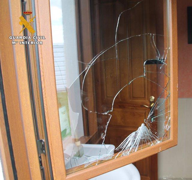 Daños en ventana de robos en casas de campo