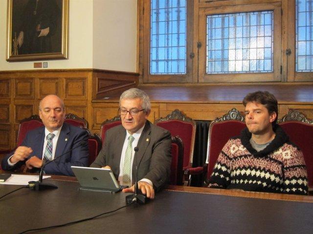 El físico Pablo Alonso, el rector Santiago G Granda y Enrique Jaimez,