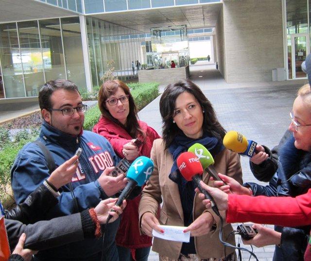 Esther Gutiérrez atiende a los medios de comunicación
