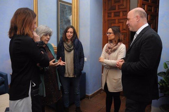 Ruiz y Guijarro (dcha.), durante el encuentro con la Fundación Mujeres