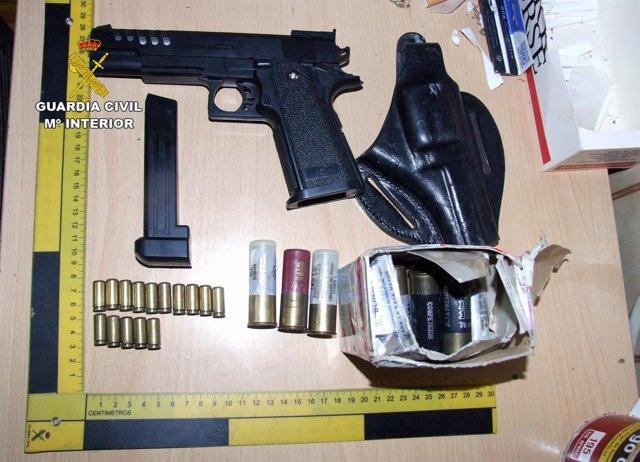 Imagen de la pistola y la munición intervenida