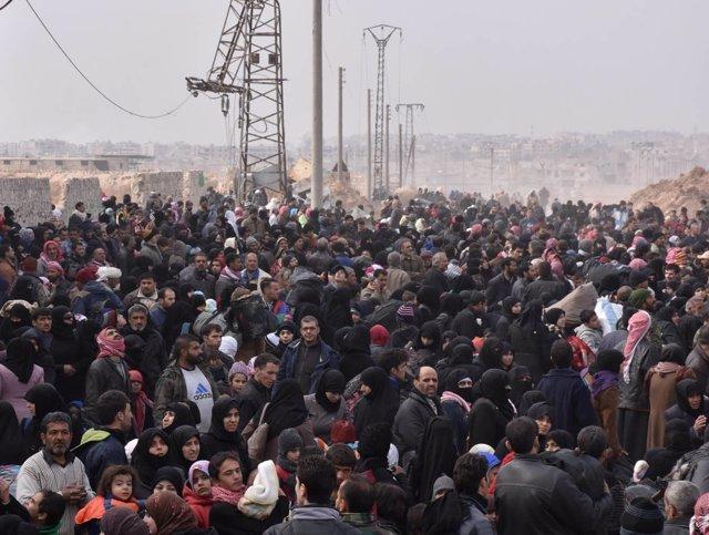 Civiles desplazados por la ofensiva en Alepo llegan al oeste de la ciudad