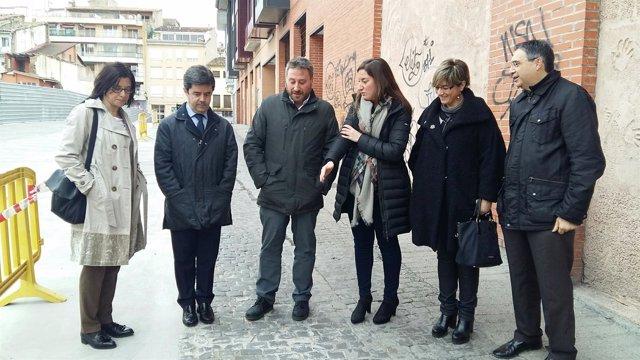 Soro en su visita a la calle La Merced de Huesca este miércoles