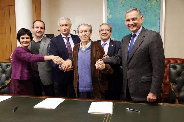 Manuel Alcántara asiste firma premio que lleva su nombre