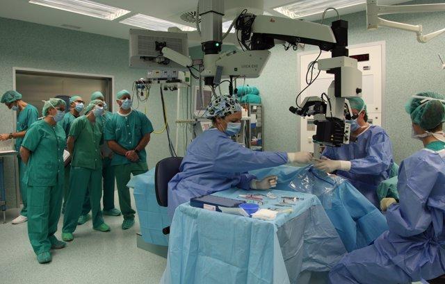 Oftalmólogos del Servet enseñan cirugía de glaucoma micro invasiva