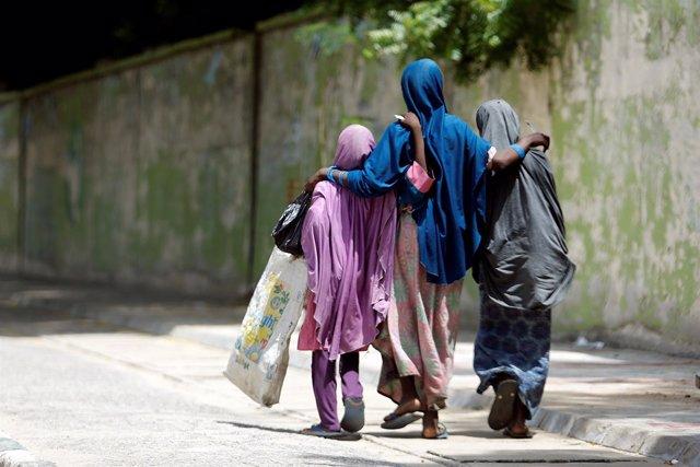 Niñas caminando por la ciudad nigeriana de Maiduguri