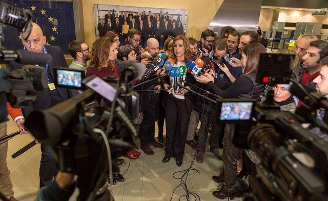 Susana Díaz atiende a los medios tras entrevistarse como comisarios de la UE