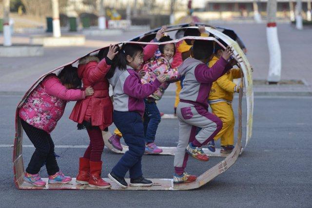 Un grupo de niñas juega en un colegio de China