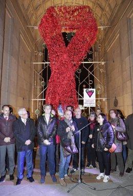 Colocan un lazo rojo por el Día Mundial del Sida