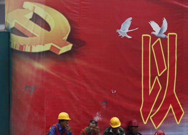 Muro del que cuelga el emblema del Partido Comunista Chino