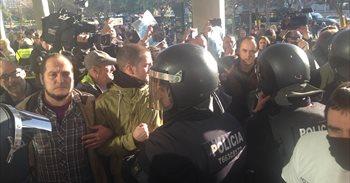 Tensión entre urbanos y activistas ante la Ciudad de la Justicia por el...