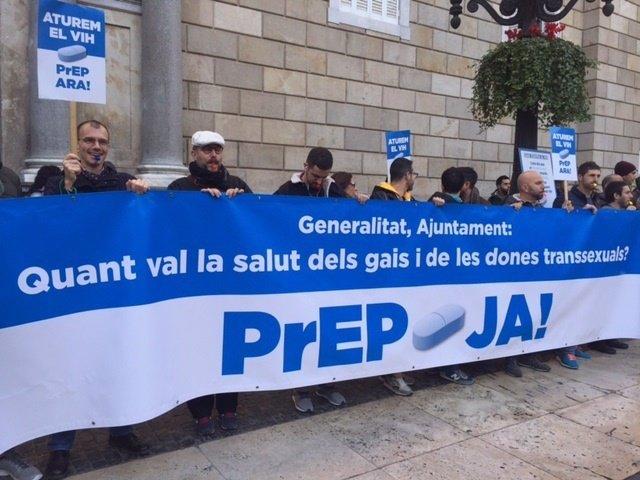 Medio centenar de personas protestan para pedir la pastilla que previene el VIH