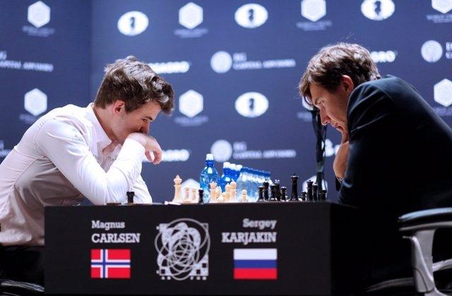 Carlsen y Karjakin durante la final