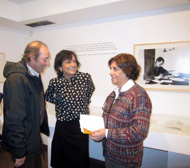 Adolfo y Elisa Delibes junto a la comisaria de la muestra.