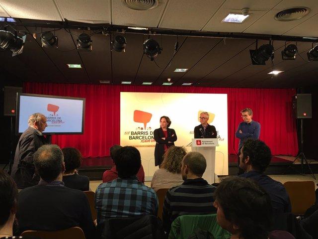 Ada Colau, Josep Maria Montaner y Jordi Martí con los vecinos de Besòs Mar