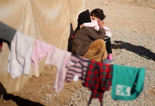 Mujer e hija en un campo de desplazados a las afueras de Mosul