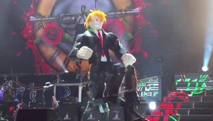 Guns n' Roses terminan su concierto en México apaleando una piñata de Donald Trump