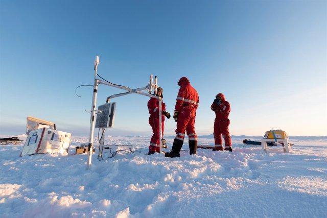 Forschergruppe Bei Der Arbeit Auf Dem Eis, Verankerung Der Bojen, Zur Bestimmung