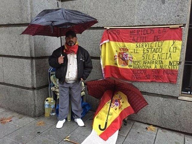 El exsoldado Andrés Merino, en su protesta junto al Ministerio de Defensa