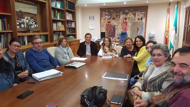 Esther Ruiz (centro, al fondo) durante la reunión