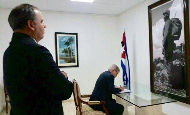 El ministro Alfonso Dastis firma en el libro de condolencias por Fidel Castro