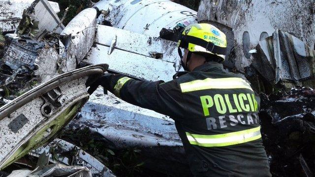 Un policía revisa los restos del avión del Chapecoense siniestrado en Antioquia