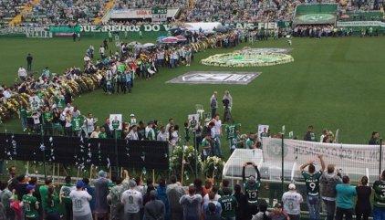 Multitudinaria y dolorosa despedida a los futbolistas del Chapecoense bajo la lluvia