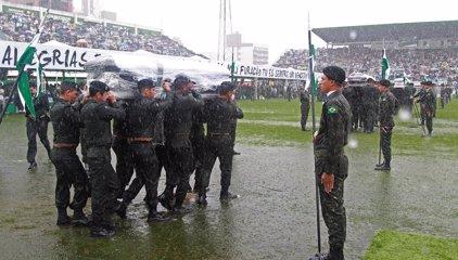 """Miles de seguidores despiden al """"campeón"""" Chapecoense en un emotivo funeral en su estadio"""
