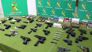 30 detinguts d'una xarxa que manipulava i venia il·legalment armes de foc (GUARDIA CIVIL)