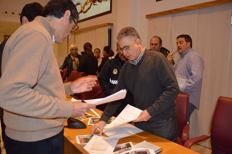 El ayuntamiento de co n abre una oficina de atenci n a los for Unicaja barcelona oficinas
