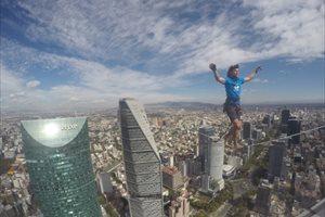 Nuevo récord del alemán Alexander Schulz atravesando una cuerda a 247 metros de altura en Ciudad de México