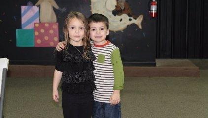 Un niño salva la fiesta de cumpleaños de una amiga cuando nadie se presentó a ella