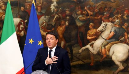 Renzi presenta su dimisión pero Mattarella insiste en que se quede durante las consultas para formar gobierno