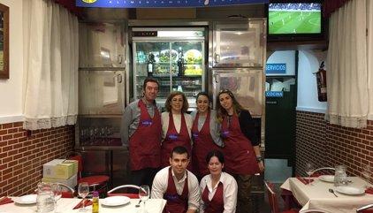 El padre Ángel da de cenar a mil 'sin techo' en su nuevo restaurante