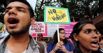 Un grupo de hombres prende fuego en el este de India a una niña de 10...